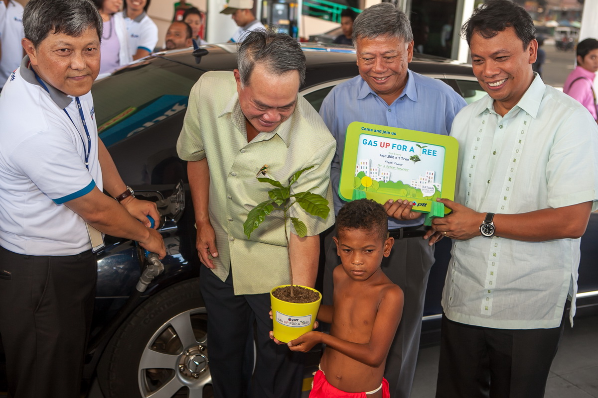 "Present during the launch of PTT's ""Gas Up for a Tree"" campaign at Park N' Fly in Pasay City were (L-R) PTT Philippines President and CEO Wisarn Chawalitanon, Thai Ambassador to the Philippines H.E. Prasas Prasasvinitchai (handing the first seedling to Jomari, a member of Magbukun tribe), Bases Conversion and Development Authority (BCDA) Chairman Felicito 'Tong' C. Payumo, and Chief Presidential Adviser for Environmental Protection Nereus Acosta"