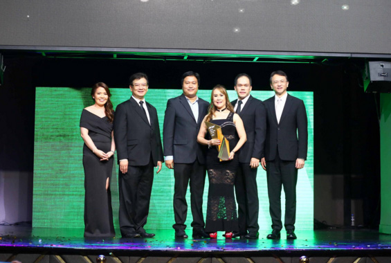 Acer Philippines Sales Director, Sue Ong-Lim (left), Acer Philippines General Manager, Manuel Wong (2nd from left), and Jason Chen, Acer Inc. Chief Executive Officer (right), poses with representatives of Bridge Distribution, Inc. (center), who were one of the major winners under the Distributor of the Year category during the Acer ePinnacle Awards 2015.